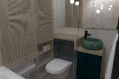 WEJHEROWO  - mała łazienka zza parawanu na umywalkę